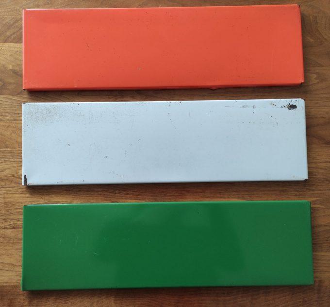 Tomado. Ontwerp Adriaan Dekker ca 1958. Namaak Boekenrek? Met 2 staanders zwart en drie planken. Oranje, Groen, Creme. 2