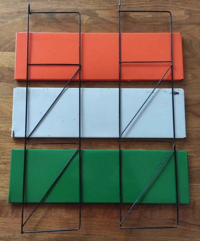Tomado. Ontwerp Adriaan Dekker ca 1958. Namaak Boekenrek? Met 2 staanders zwart en drie planken. Oranje, Groen, Creme. 1
