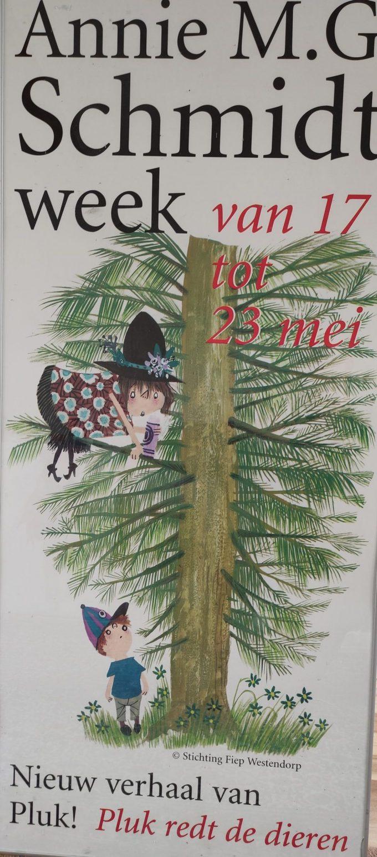 Annie M.G. Schmidt en Fiep Westendorp. Poster Pluk redt de dieren. In aluminium lijst. Formaat 60 x 130 cm 1