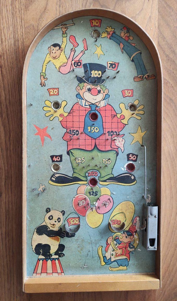 Pinball. Houten Knikkerspel met diverse afbeeldingen uit circuswereld. o.a. centraal de Clown. 1