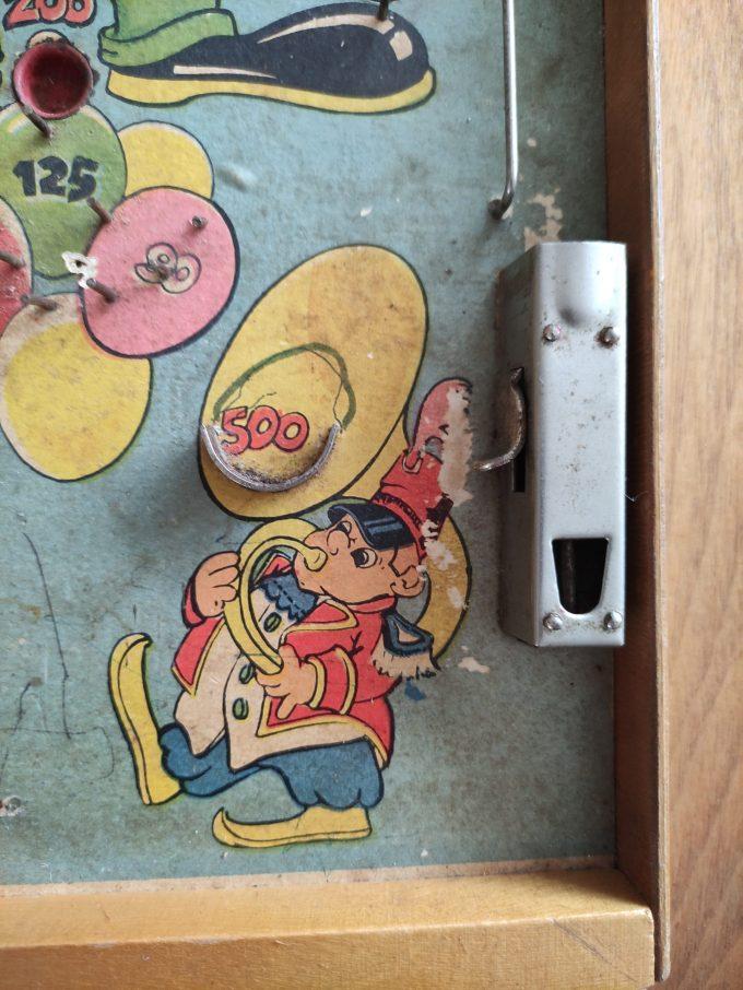 Pinball. Houten Knikkerspel met diverse afbeeldingen uit circuswereld. o.a. centraal de Clown. 3