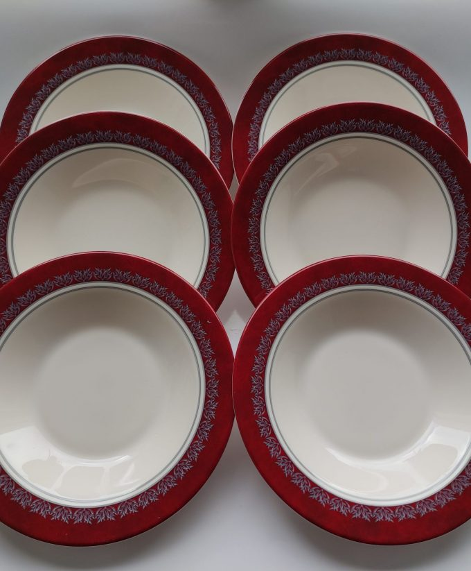 Arcoroc. Made in France. Design Rubis. Diepe borden. Wit met rode rand en bladversiering. Persglas. Per stuk. 3