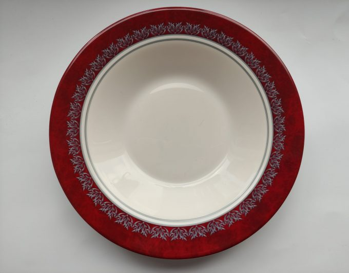 Arcoroc. Made in France. Design Rubis. Diepe borden. Wit met rode rand en bladversiering. Persglas. Per stuk. 1