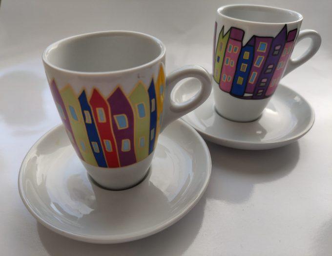 Yong. Espresso kop en schotel. Afbeelding huizen. Set van 2. 1
