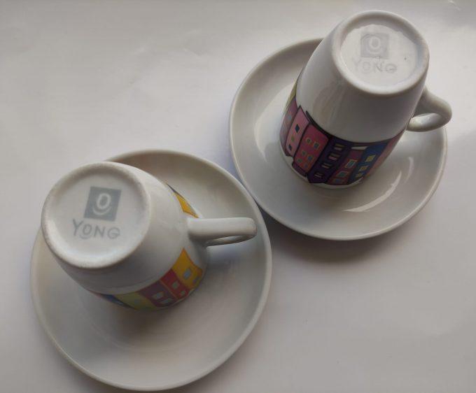 Yong. Espresso kop en schotel. Afbeelding huizen. Set van 2. 3