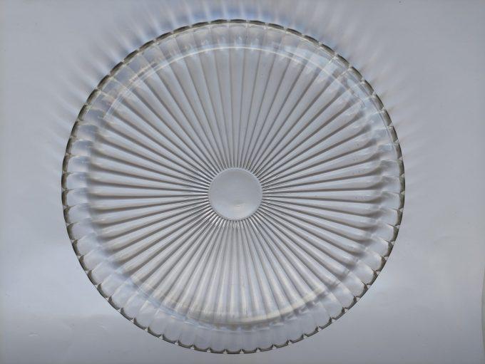 Presenteerschaal persglas met lijnmotief. Opstaande rand. 30 cm. 1