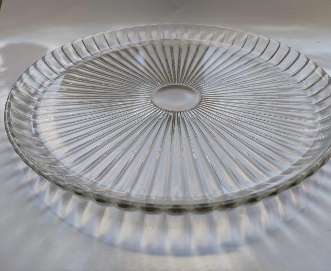 Presenteerschaal persglas met lijnmotief. Opstaande rand. 30 cm. 2
