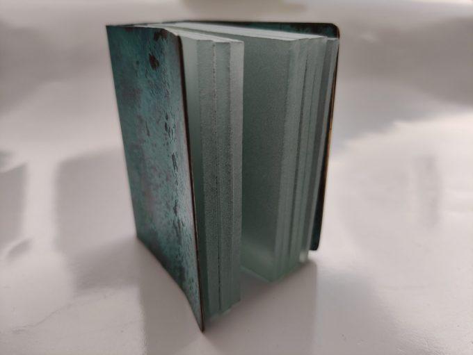 Joek van Draanen. Glaskunstenaar. Het Groene Boek. Glaskunst in glas met omslag van bewerkt brons. 1