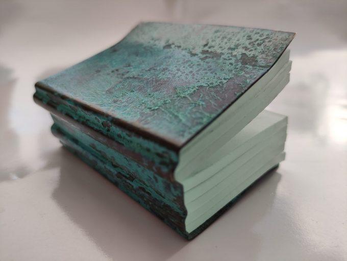 Joek van Draanen. Glaskunstenaar. Het Groene Boek. Glaskunst in glas met omslag van bewerkt brons. 4