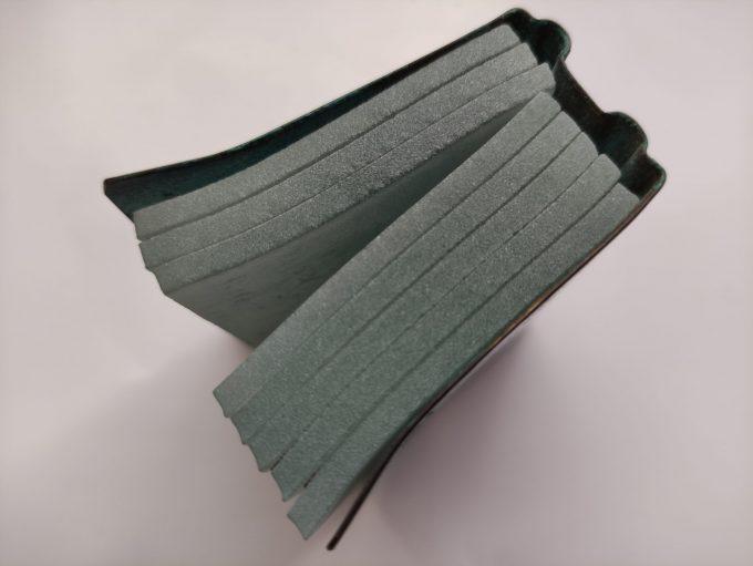 Joek van Draanen. Glaskunstenaar. Het Groene Boek. Glaskunst in glas met omslag van bewerkt brons. 5