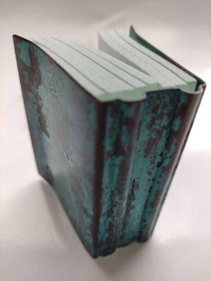 Joek van Draanen. Glaskunstenaar. Het Groene Boek. Glaskunst in glas met omslag van bewerkt brons. 3