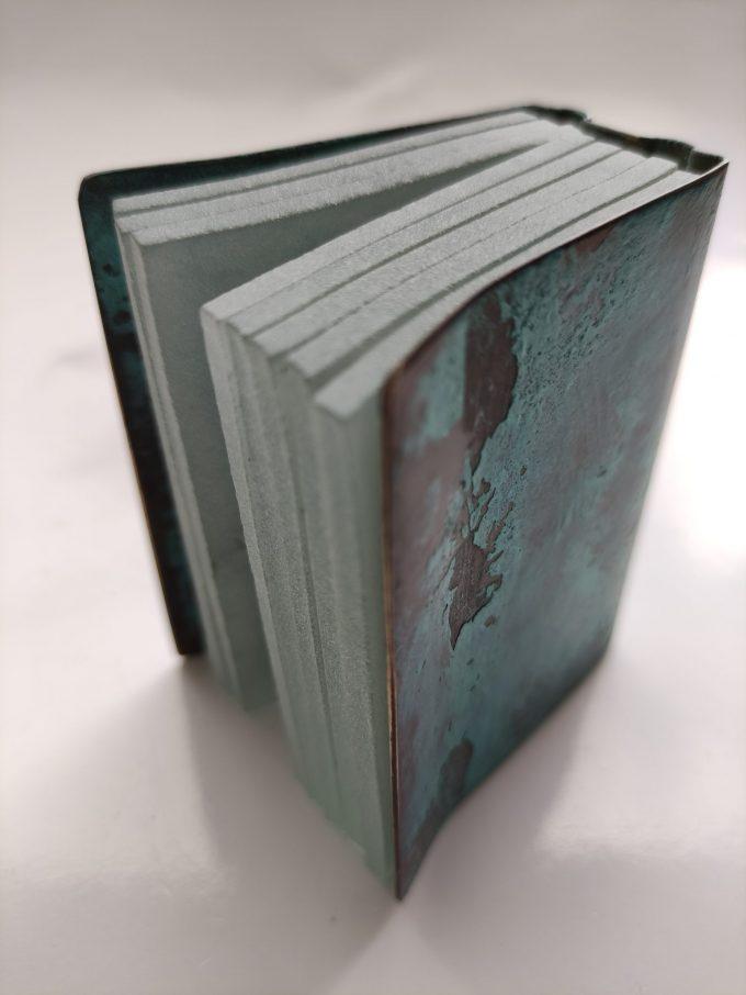 Joek van Draanen. Glaskunstenaar. Het Groene Boek. Glaskunst in glas met omslag van bewerkt brons. 2