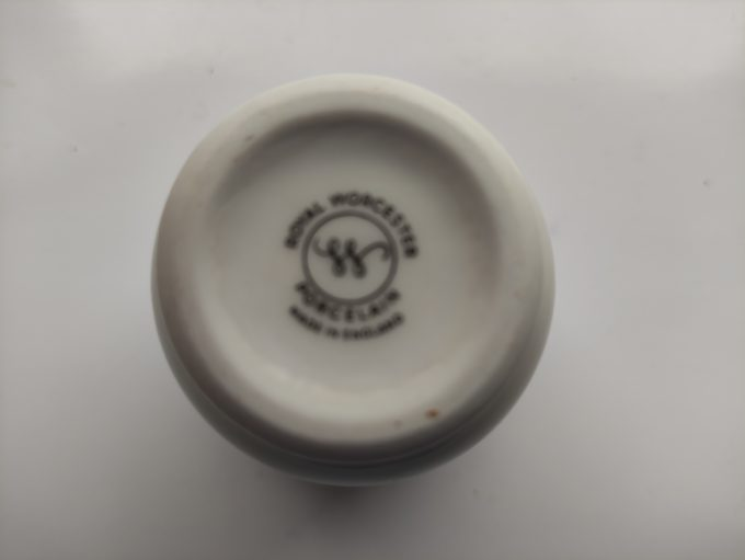 Royal Worcester Porcelain. Made in England. Houder voor lepeltjes / coctailprikkers, tandenstokers...Vlinder en bloemmotief. 3