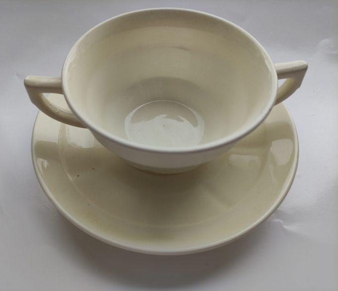 Société Céramique, Maestricht . Made in Holland. Soepkom gebroken wit met schotel. Per stuk 1