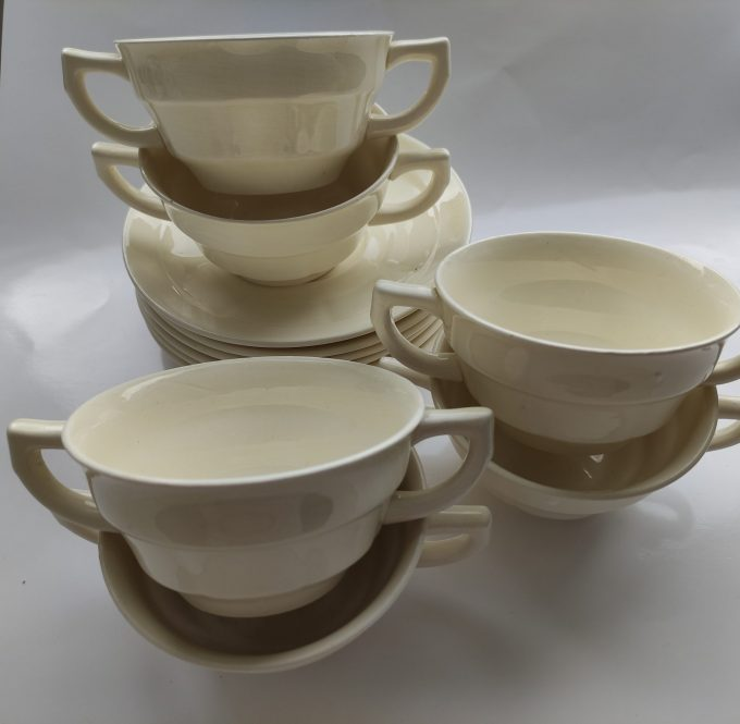 Société Céramique, Maestricht . Made in Holland. Soepkom gebroken wit met schotel. Per stuk 2