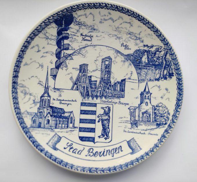 Stad Beringen. Sierbord / Wandbord. Delfts Blauw Wit. De Delftsche Schouwe. Afbeeldingen o.a. Steenkoolmijn. 1